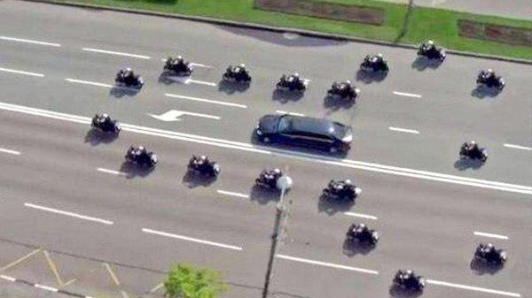 Английските полицаи с проява на тънко британско чувство за хумор, екскортирайки Тръмп