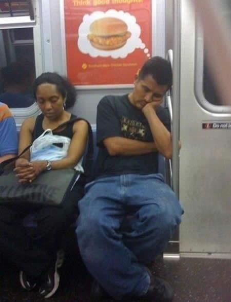 Un hombre cansado y hambriento de regreso a su hogar: